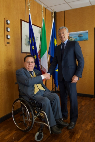 Foto del Presidente FIABA Giuseppe Trieste che stringe la mano all'Ammiraglio Giovanni Pettorino