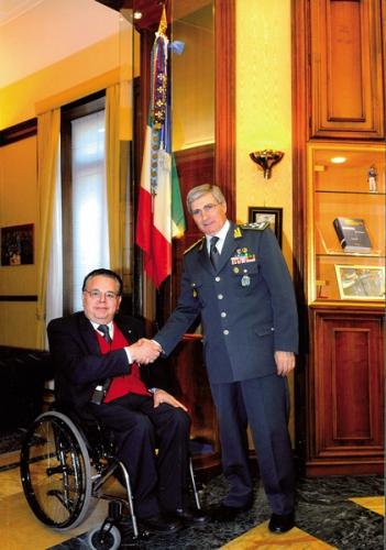 Foto del Presidente FIABA Giuseppe Trieste che stringe la mano al Generale Saverio Capolupo