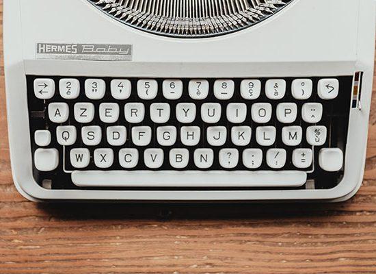 foto di una macchina da scrivere su un tavolo in legno