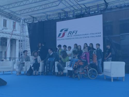 Foto sul palco del FIABADAY del Presidente Trieste e l'Assessora Baldassarre del Comune di Roma con una scolaresca