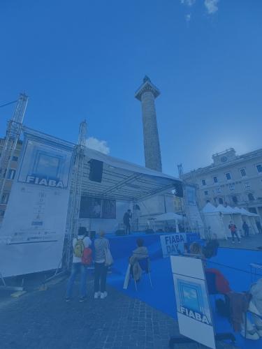 Foto del palco del FIABADAY 2020 con lo sfondo la Colonna Antonina