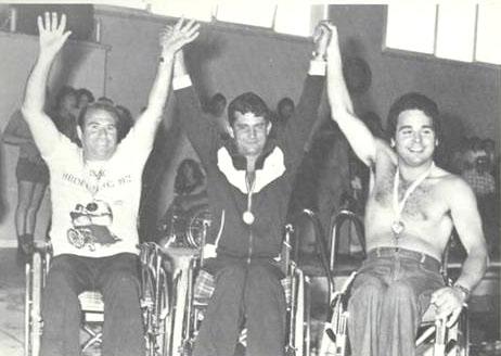 Foto con tre persone in carrozzina. Il primo a destra è il Presidente Giuseppe Trieste